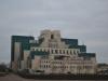 Modernes Gebäude an der Themse