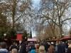 Menschen massen auf dem Weihnachtsmarkt in London