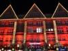 Rot beleuchtetes Haus in München zur Weihnachtszeit
