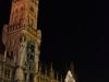 Neues Rathaus und Weihnachtsbaum bei Nacht