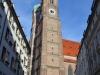 Münchner Frauenkirche mit Modell davor