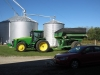 John Deere Traktor mit Auffangbehälter für Mähdrescher