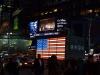 Beleuchtete USA Fahne am Time Square bei Nacht