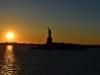 Die untergehende Sonnen links neben der Freiheitsstatue