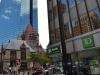 alte Kirche vor neuem Glashochaus in Boston