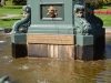 Schild auf der Statue als Gedenk an Queen Victoria