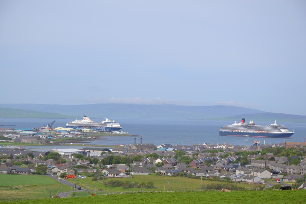 Mein Schiff 1 und Queen Victoria vor den Orkney Inseln