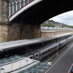 Blick auf den Bahnhof Edinburgh und zwei außen Gleise