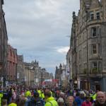 Menschen & noch mehr Menschen auf der Royal Mile in Edinburgh