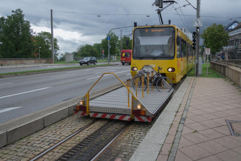Zahnradbahn mit Fahradanhänger und Fahrrad