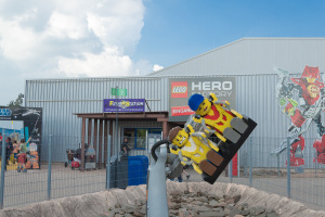 Roboter Fahrattraktion - Lego Mensch hat Angst