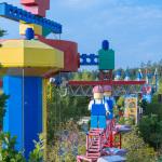 Über dem Legoland begegnen sich zwei Bauarbeiter