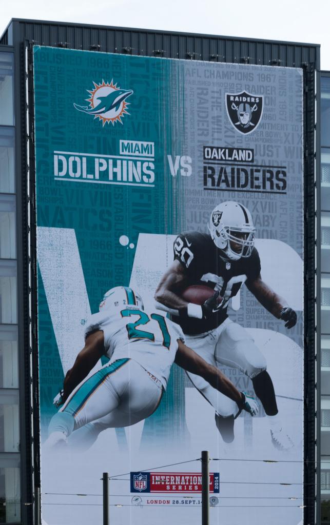 Riesenplakat zum Spiel Miami Dolphins vs. Oakland Raiders