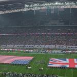 Die Nationalhymnen der USA und Großbritanniens werden vor den Flaggen gesungen