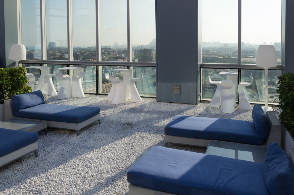 Liegen auf der Dachterrasse im Novotel Barcelona City