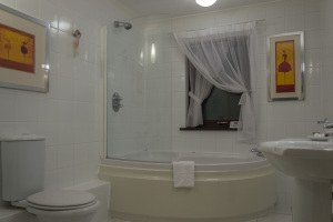 Großes Badezimmer im Mercure George Washington Golf and Spa