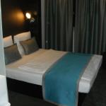 Gemütliches Bett im Motel One Frankfurt Airport