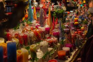 Kerzen in allen Farben und Formen auf dem Christkindlesmarkt