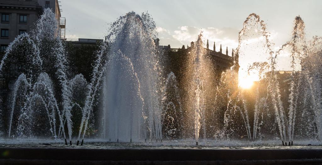 Innenstadt von Barcelona - Brunnen im Sonnenuntergang