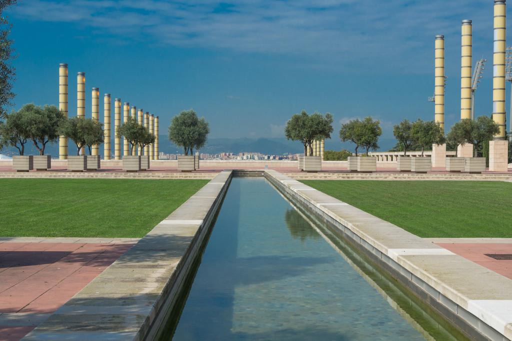 Vorplatz des Olympiastadion mit Wasserlauf und Blick auf Barcelona