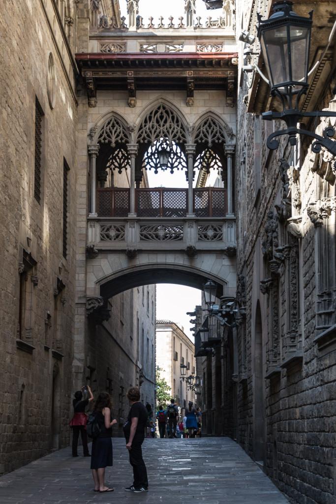 Altstadt von Barcelona Schmale Gasse an der Stadtmauer
