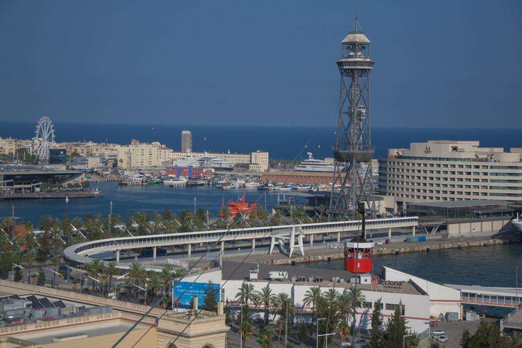 Mittlerer Turm der Seilbahn über den Hafen Barcelonas