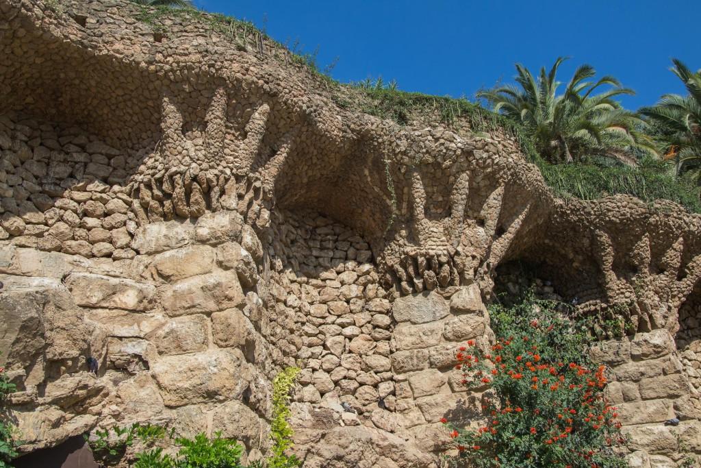 Park Güel - Wand vor dem Felsen