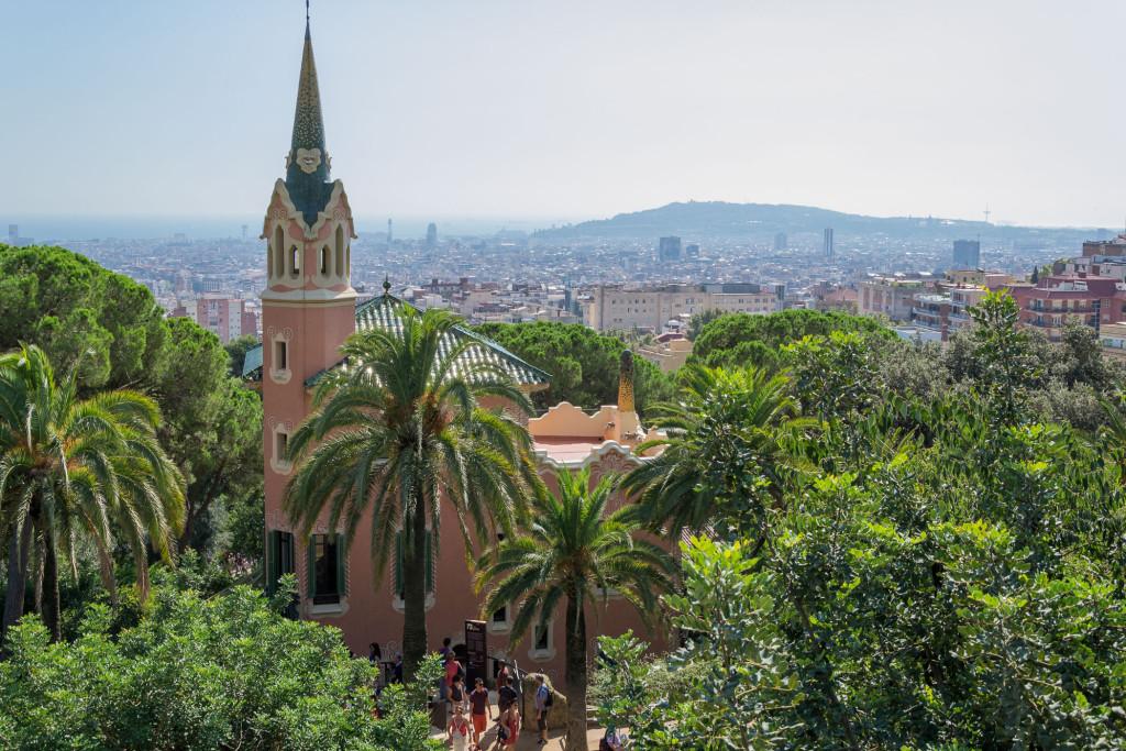 Park Güel - Wohnhaus vor dem Panorama von Barcelona