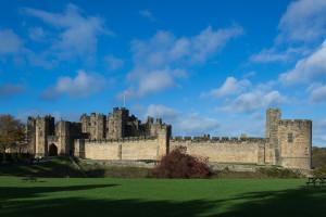 Blick auf Alnwick Castle, bekannt aus Harry Potter, Downton Abbey und vielen anderen Filmen.