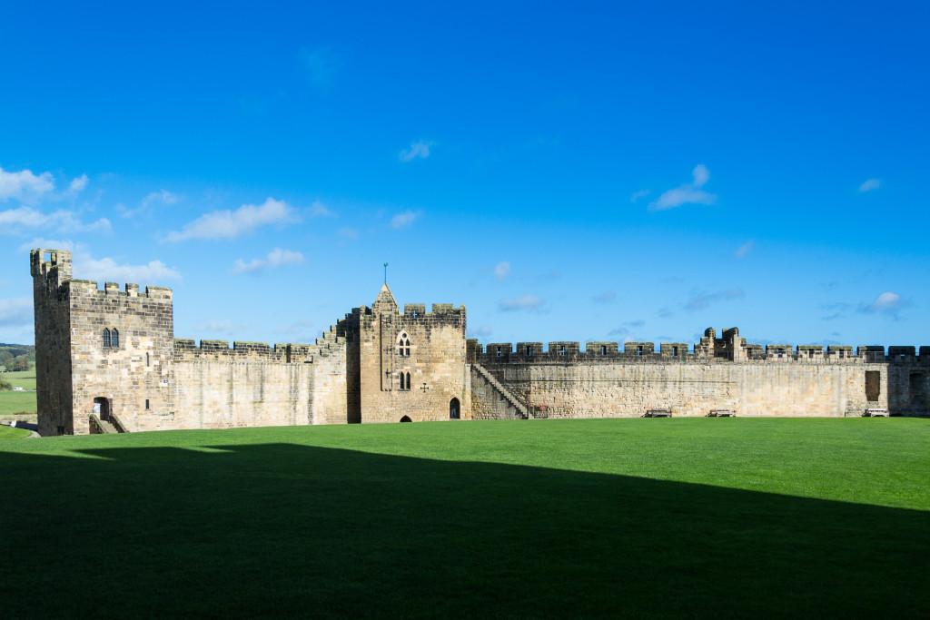 strahlender Sonnenschein in Northumberland, Alnwick Castle
