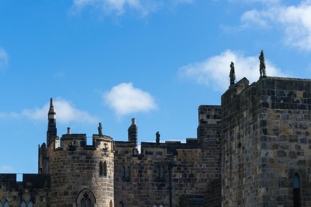 steinerne Wächter auf den Mauern von Alnwick Castle
