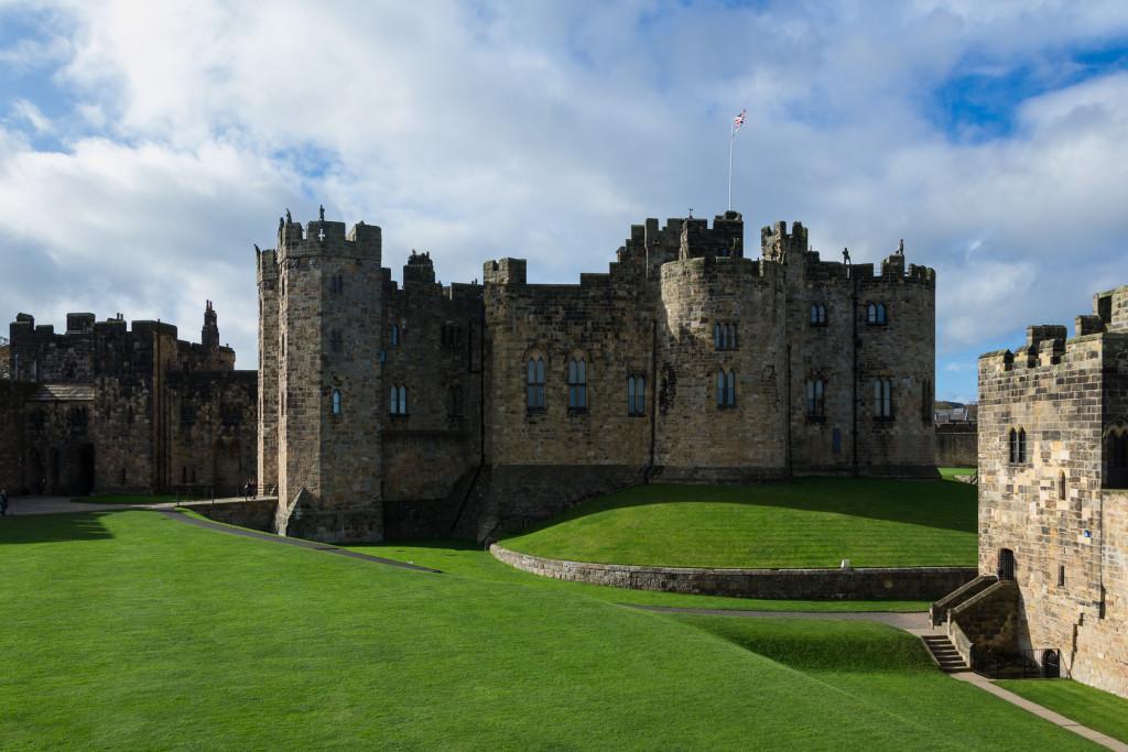 Blick auf saftige Wiesen und Alnwick Castle