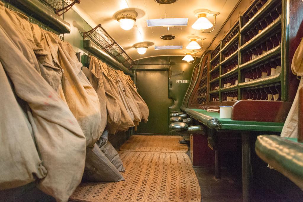 Britischer Postzug - Innenansicht mit Postsortieranlage und Postsäcken