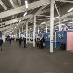 Stahlrohrtribüne von unten - Cardiff City FC, darauf stehen oder sitzen die Zuschauer