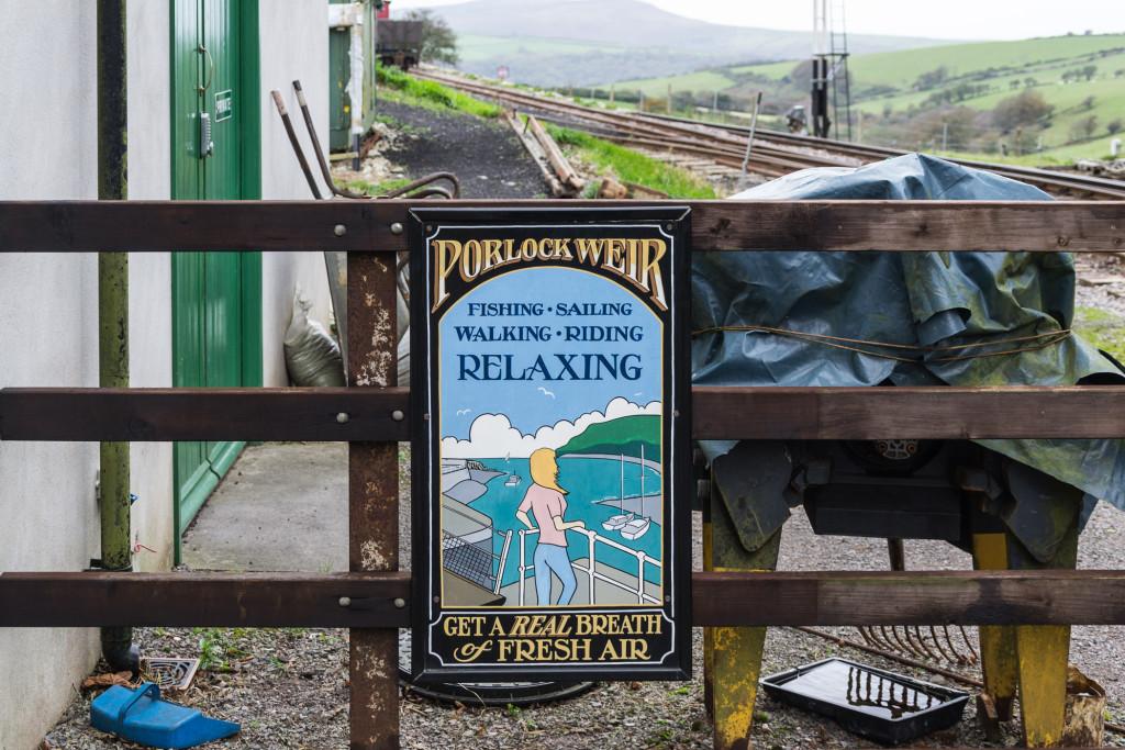 Relaxing mit der Schmallspur Bahn - altes Metall Werbeschild
