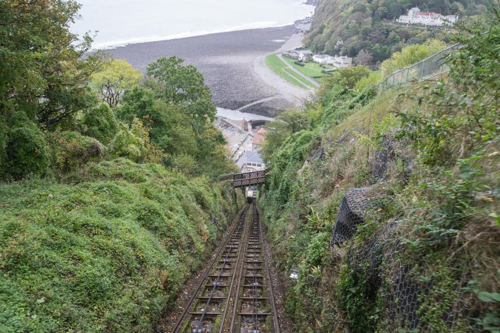 Blick Lynton & Lynmouth Cliff Railway nach unten - mit Wasser den Berg Abwärts