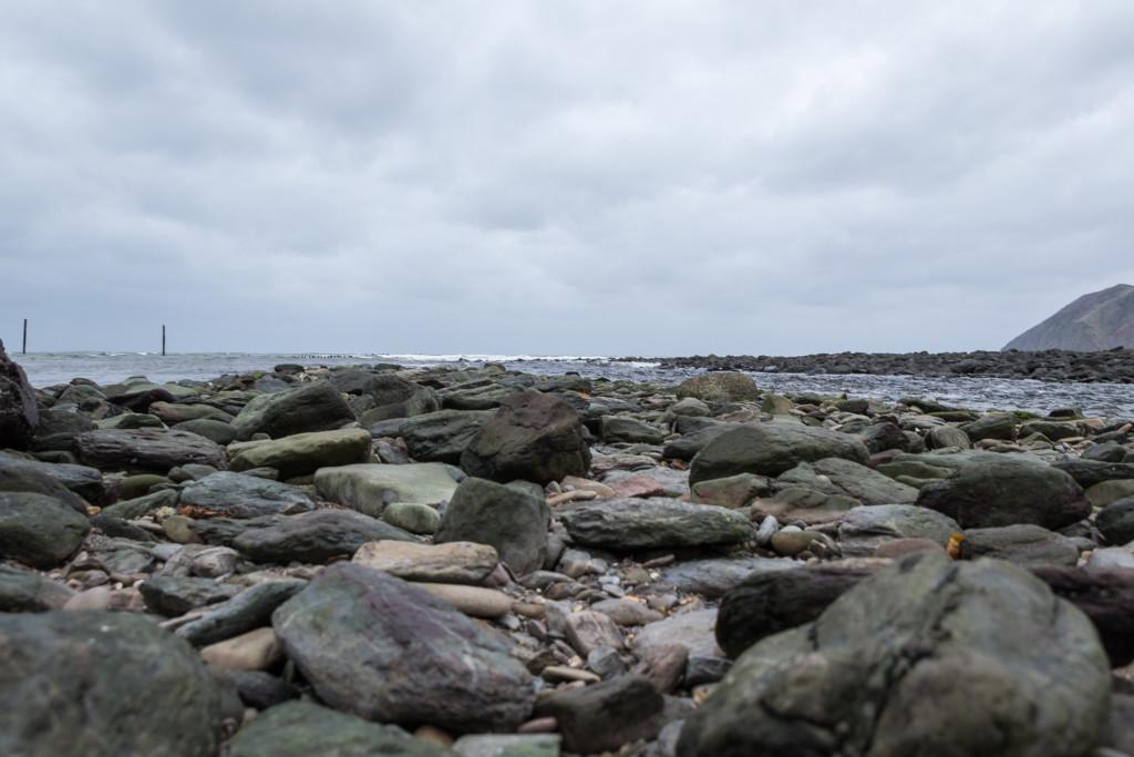 Blick über die noch trockenen Steinen auf den Bristol Channel