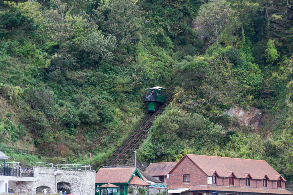 Die Lynton & Lynmouth Cliff Railway auf dem Weg nach oben
