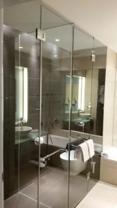 Badezimmer mit Glaswand - Andel's Berlin