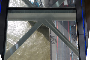 Glaswalk mit Blick auf zwei Spurige A100 - Tower Bridge Exhibition