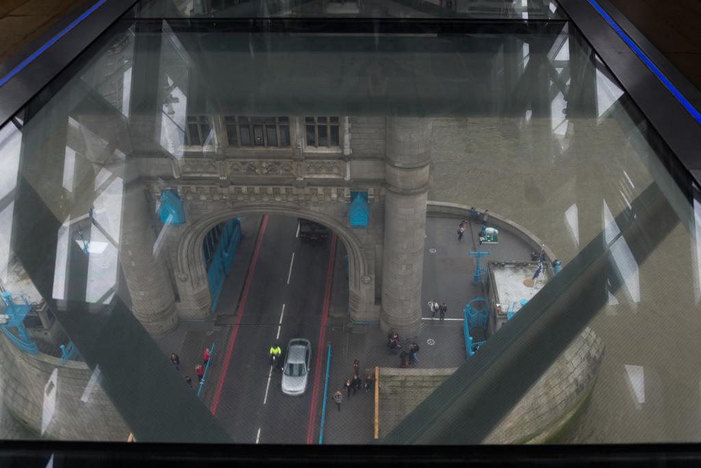 Blick vom Glaswalk auf einen Turm der Tower Bridge