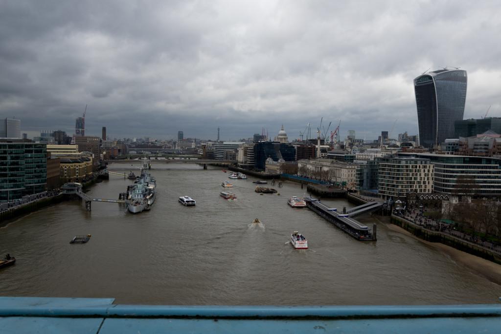 Blick die Themse hoch von der Fußfängerbrücke der Tower Bridge