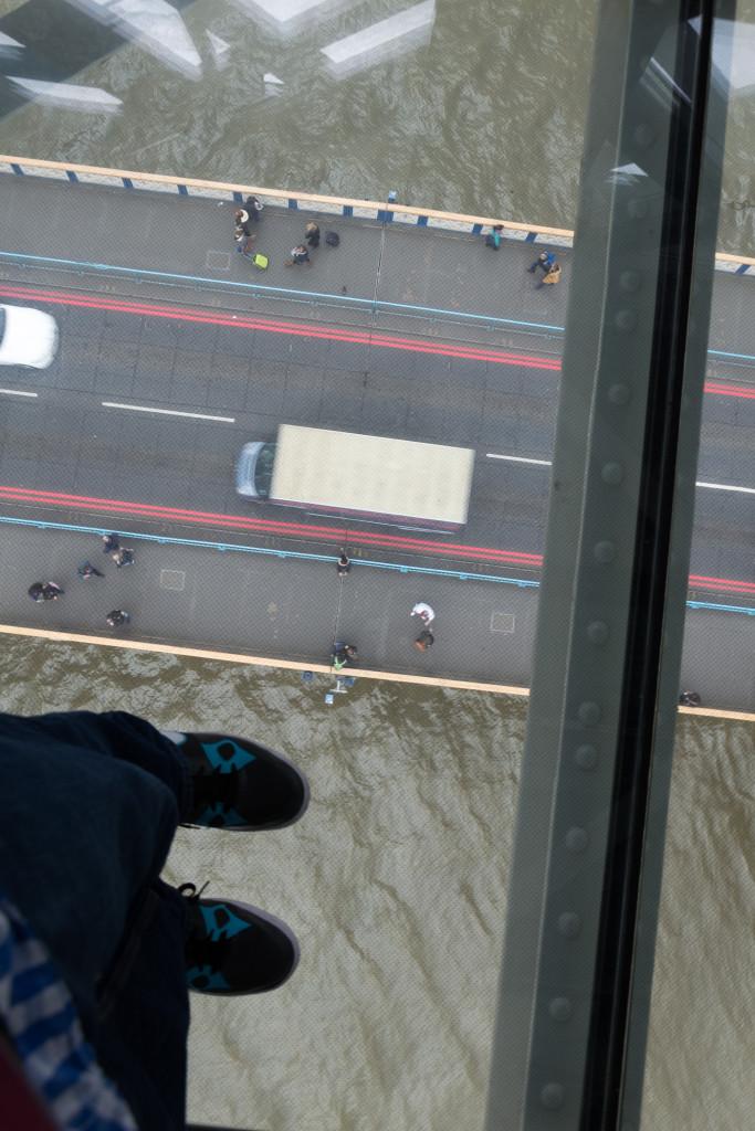 Auf dem Glaswalk mit dem Blick auf Themse und Tower Bridge