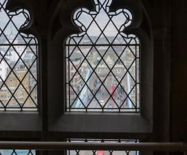 Blick durch ein Fenster der Tower Bridge