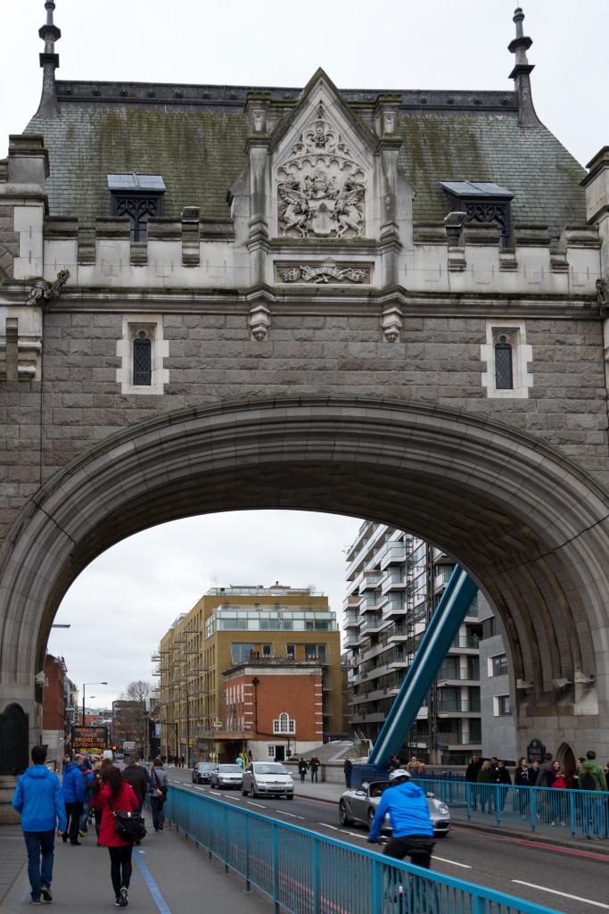 Auf dem Weg nach London durch den Nördlichen Bogen der Tower Bridge