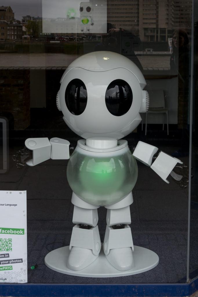 Kleiner Roboter im Schaufenster