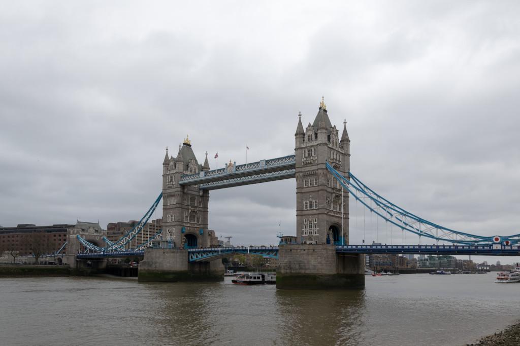 Tower Bridge und ein Boot unter ihr