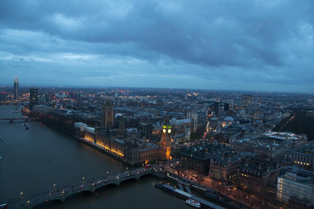Big Ben und Houses of Parliament im dunklen, kurz nach Sonnenuntergang, vom London Eye aus.