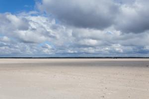Purer Nordseesandstrand unter Wolken