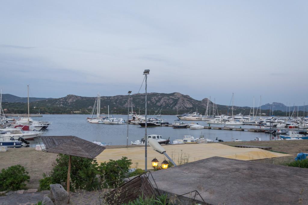 Blick auf unsere Segelyacht die im Hafen in Cannigione